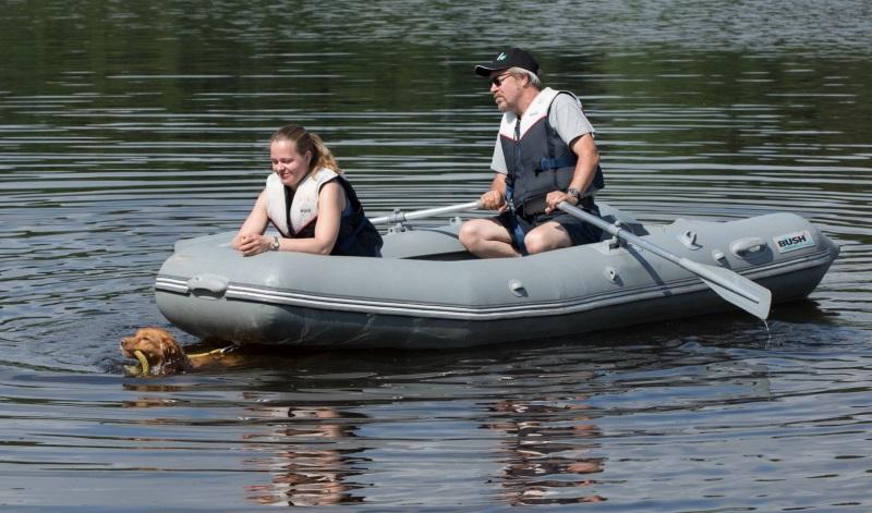 Riimi noutaa venettä leirillä. (c) Risto Syrjä