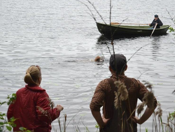 Tavu noutaa veneestä heitetyn lokin. Omistajaa näköjään vähän jännittää, mutta Jussi-kouluttaja näyttää luottavaiselta. :)